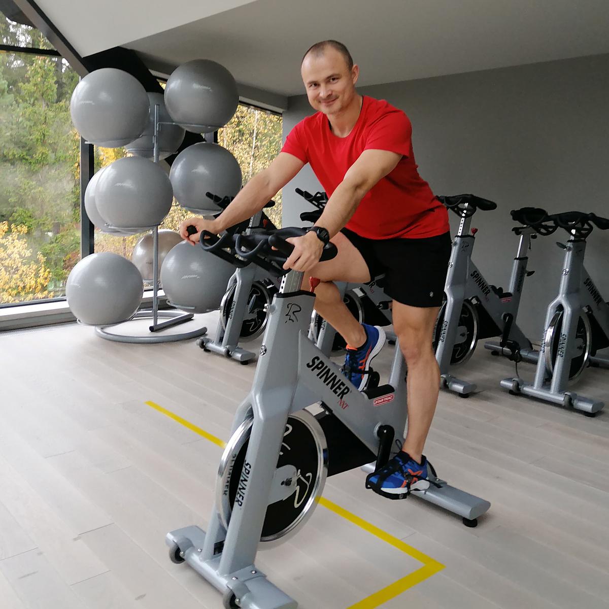 Евгений Гурьев на велотренажере